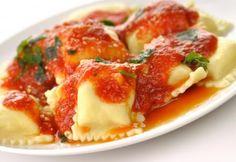 Ravioles rellenos de carne y tocino, con salsa de tomate | Gula Magazine