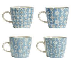 Wunderschöne und ausgefallene Kaffeebecher von Nordal, in Türkis, glasiert. Diese Tassen werden in Handarbeit bemalt und sind deshalb jedes für sich einzigartige Unikate. Unvollkommenheiten in der Glasur gehören zum vintage Effekt und unterstreichen die Einzigartigkeit jeder Tasse. Das perfekte Accessoire für Ihren Frühstückstisch und eine Geschenkidee über die man sich garantiert freut. Wählen Sie aus vier Mustern Ihr Lieblingsmuster aus. Geeignet für Geschirrspüler und Mikrowelle.
