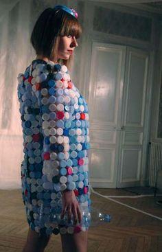 Plastic bottle tops Lexanto Plastik et la poésie du plastique dans Actualités Lexanto-robe-11
