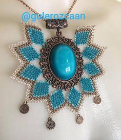Sıra turkuaz da #💙💙 #kolye #kolyemodelleri #iğneoyasi #siparis #zarif #tarz #model #hediye #stil #kadin #taki #tasarim #poz #zarif #asil… Needle Lace, Bargello, Button Crafts, Needlework, Beaded Jewelry, Bracelet Watch, Jewelery, Crochet Earrings, Pendants