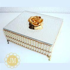 Que tal presentear quem você ama com uma caixa luxuosa, hein?! No Ateliê Joelma Menezes você encontra várias opções. #ateliejoelmamenezes  #casandoemcaruaru  #casamentoemcaruaru #caixaluxuosa #caixaparapadrinhos #caixaparatoalete #casamento #wedding