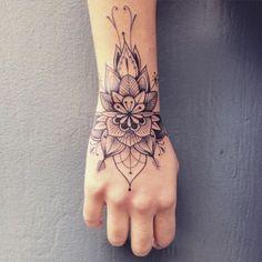Pés, costelas ou axilas? Veja em que partes do corpo a tatuagem dói mais | Virgula