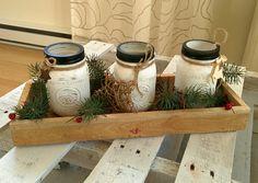 Centre de table de Noël. Pot Masson et plateau en bois rustique.