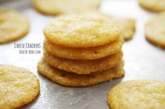 Grain-free cheese crackers from Health Bent: cheddar cheese butter tapioca flour coconut flour baking soda powdered mustard powdered onion Primal Recipes, Gluten Free Recipes, Low Carb Recipes, Real Food Recipes, Gf Recipes, Quiche, Grain Free Bread, Coconut Flour Recipes, Chips