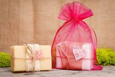 We present some inspiring ideas for creative fun for children! Be sure to try them out by preparing and decorating your own homemade DIY soaps with the kids. Handmade Soaps, Diy Soaps, Soap Colorants, Linen Bag, Fabric Bags, Organza Gift Bags, How To Make Homemade, Home Made Soap, Flower Petals