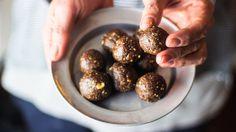 I tartufi raw vegan al cacao e nocciole sono un peccato di gola senza sensi di colpa. Sani, genuini, veganie senza glutine conquisteranno tutti, anche i più scettici. La dolcezza dei datteri si sposa perfettamente con il connubio imbattibile cacao e nocciole. Una ricetta facile e a portata di tutti, si prepara in meno di 5 minuti per un dessert spettacolare! Pochissimi, semplici ingredienti per dei tartufi che si sciolgono in bocca, una pallina tira l'altra...