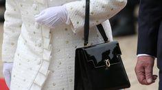 Die britische Queen heute in hellem Sommermantel mit weißen Handschuhen und schwarzer Lacktasche. Foto: Michael Kappeler
