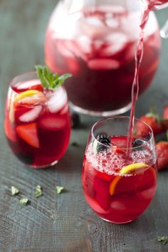 Passion Fruit Tea packed with fresh lemon, berries and mint (June National Iced Tea Day). Fruit Ice, Fruit Drinks, Non Alcoholic Drinks, Yummy Drinks, Healthy Drinks, Fresh Fruit, Beverages, Drinks Alcohol, Passion Fruit Tea