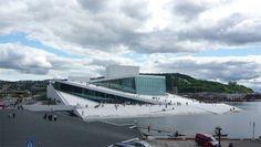 opera gebouw Oslo wat uit het water lijkt te rijzen..