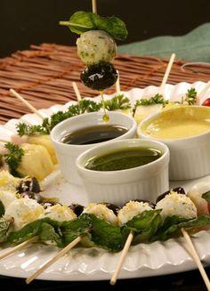 Saladas no palito: três opções para servir em casa