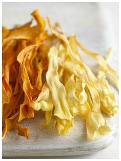 Unsere selbstgemachten Chips sind gesünder und schmecken auch besser: Pastinaken-und Süßkartoffelchips | http://eatsmarter.de/rezepte/pastinaken-und-suesskartoffelchips