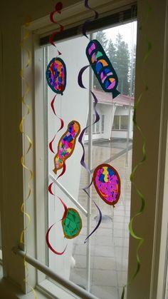 """Vappupallot ja spiraali""""serpentiinit"""". Palloihin ensin leikattu kehys kartongista, kehys asetettu kontaktimuovin päälle, kehykseen laitettu silkkipaperipaloja, liimattu toinen kehys päälle, leikattu ylimääräiset kontaktimuovin ympäriltä. Spiraalit leikattu vapaalla kädellä ympyränmuotoisista väripapereista. Wind Chimes, Kindergarten, Crafts For Kids, Frame, Outdoor Decor, Home Decor, Carnavals, Crafts For Children, Picture Frame"""