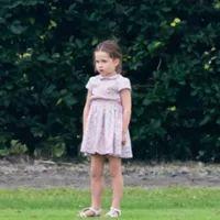 Look da Semana. Os encantadores vestidos da princesa Charlotte - Estilos - SAPO Lifestyle Princesa Charlotte, Kate Middleton, Duke Of Cambridge, Polo Club, Prince William, Kids Wear, Charity, Look, Flower Girl Dresses