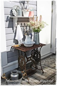 23 deco ideas on how your old sewing machine finds a reuse - Garten - Balcony Furniture Design Sewing Machine Tables, Antique Sewing Machines, Sewing Table, Balcony Furniture, Garden Furniture, Country Decor, Farmhouse Decor, Shabby Vintage, Decoration Table