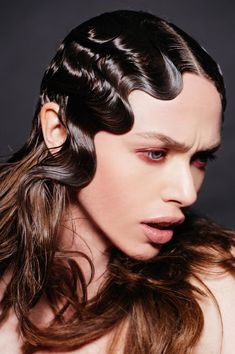 62 Fast and Easy Hairstyles For Wet Hair HairStyles hairstyles when hair is wet Finger Wave Hair, Finger Waves, Short Curly Hair, Curly Hair Styles, Natural Hair Styles, How To Cut Fringe, Wet Look Hair, Thin Straight Hair, Runway Hair