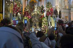 A procissão faz sete paradas, contemplativas dos sete prazeres da Virgem Maria