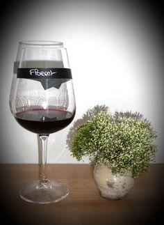 Chic et tendance, surprenez vos invités avec ce marque-verre en tissu rigide ardoise. Que ce soit pour un dîner assis, un cocktail dînatoire, un apéritif, un buffet, ce marque-verre élégant et raffiné s'adaptera à votre réception et vos invités seront enchantés de pouvoir enfin conserver leur verre tout au long de la soirée. Dans tous les cas, il illuminera le plus simple verre et l'ardoise apportera un côté moderne à votre table, pour un résultat inimitable et toujours de bon goût.