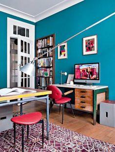 Faire revivre du mobilier ancien Afin de mettre en avant leur collection de mobilier des années 50, Sophie et Jean-François, deux antiquaires Bruxellois, ont choisi de peindre leur bureau en bleu canard ce qui met en valeur la couleur du secrétaire de Jean Prouvé et du fauteuil de Carlo Molino.