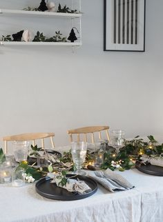 Minimalist Christmas table with festive greenery, black plates and linen napkins- a hygge Christmas - a minimalist Christmas - sustainable Christmas decoration ideas Christmas Dining Table, Christmas Kitchen, Christmas Diy, Christmas Decorations, Table Decorations, Diy Christmas Crackers, Hygge Christmas, Make Your Own, Make It Yourself