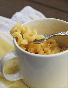 Pasta + agua + leche + queso cheddar en hebras = macarrones con queso en una taza