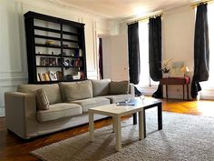 District of Paris, close to Orsay Museum, Paris - Madeleine/Tronchet 3 chambres has free WiFi and a washing machine. Rodin Museum, Concert Hall, Vacation Apartments, Beautiful Places, Couch, Bedroom, Paris France, Microwave, Dishwasher
