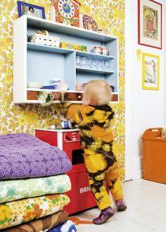 Pikkutytön huoneen ei tarvitse olla pinkki. Lastenhuoneen sisustus voi saada potkua kirpparikierroksilta. / Forget the princess style and head for flea markets. /  Kuva/pic: Johan Rosenmunthe