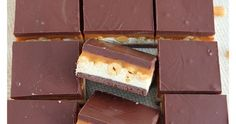 Nougat, peanuts and caramel sandwiched between two chocolate layers, these homemade snickers bars come together in 30 minutes tops! Faster than going to the store to buy some! Summer Desserts, No Bake Desserts, Easy Desserts, Dessert Recipes, Brownie Recipes, Cookie Recipes, Professional Cake Decorating, Homemade Snickers, Homemade Ice