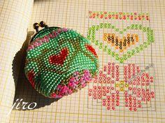 ビーズ編みのがま口作り方 Crochet Wallet, Crochet Coin Purse, Crochet Case, Crochet Purses, Bead Crochet, Peyote Stitch Patterns, Beading Patterns, Crochet Patterns, Tapestry Bag