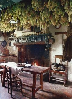 the World of Interiors - cuisine rustique Witch Cottage, Witch House, Cabana, Kitchen Witchery, World Of Interiors, Earthship, Rustic Kitchen, Western Kitchen, Home Buying