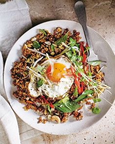 Add this brown rice nasi goreng to your mid-week meals arsenal. Not only does it boast a powerful flavour punch with ginger, chilli, Thai basil and a satisfyingly crispy egg on top, it takes just 20 minutes to whip up! Tap the link in our profile for the recipe.