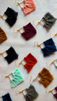 Diy Fabric Jewellery, Fabric Earrings, Macrame Jewelry, Wire Jewelry Patterns, Handmade Jewelry Designs, Macrame Patterns, Diy Earrings Easy, Tassle Earrings Diy, Tassel Earing