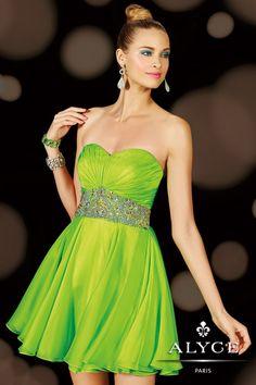 Foto 17 de 36 Vestido de fiesta corto en color verde con cintura entallada y escote corazón   HISPABODAS
