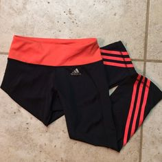 Adidas Leggings Size small but runs more like an XS. New condition. They Come just below the knees. Adidas Pants