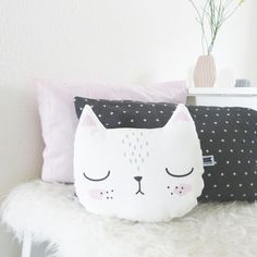 Niedliches Kissen mit Katze, perfekt fürs Kinderzimmer, Dekoration / cute cat pillow for nursery, cute home decor made by Maschaa via DaWanda.com