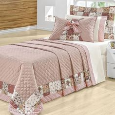 Inspiração Patchwork The bedspread inspired by patchwork composed with neutral tone make the room more elegant while romantic and super cozy. Quilt Bedding, Bedding Sets, Elegant Homes, Bed Covers, Bed Spreads, Bed Sheets, Interior Decorating, Room Decor, Pillows