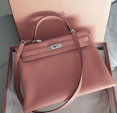 Cour de coeur pour le Kelly de Hermès couleur rose poudré ! www.leasyluxe.com #pinkbag #hermes #leasyluxe