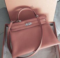 Cour de coeur pour le Kelly de Hermès couleur rose poudré ! // www.leasyluxe.com #pinkbag #hermes #leasyluxe