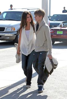 By February Bieber and Gomez still weren't talking about their young love. But, they did seem more at ease while strolling through Santa Monica making googly eyes at each other, in color-coordinated ensembles. Justin Bieber 2011, Justin Bieber Selena Gomez, Estilo Selena Gomez, Justin Bieber And Selena, Justin Bieber Style, Stylish Girls Photos, Girl Photos, Selena Gomez Relationship, Marcus Dobre