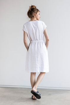 Washed and soft basic linen dress with elastic waistband. +++++++++++++++++++++++++++++++++++++++++++++++++++++++++++ The model is 172 cm high and the dress is +/- 38.1 (97 cm) long. Custom length to 115 cm is available with no extra charge. Please let us know your wishes! +++++++++++++++++++++++++++++++++++++++++++++++++++++++++ WHAT MAKES YOUR ITEM SPECIAL Our items are handmade in small studio in small quantities of washed linen fabric, specially woven for us by our local linen manufac...