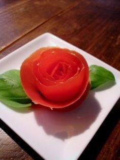 Il y a quelques temps on m'a demandé comment faire une rose en peau de tomate, voilà la technique, avec un peu de retard certes. Rien de bien difficile, juste un peu d'entraînement et un couteau qui coupe bien. __________ MARCHE A SUIVRE : Prendre la...