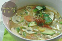 Tom Kha Gai Suppe (Kokos-Suppe mit Ingwer, Zitronengras, Champignons. Karotten)