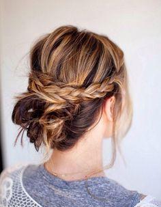 Deux tresses en demi-queue et chignon flouPrélevez une mèche de cheveux fine de chaque côté de votre visage, tressez-les et rejoignez-les en demi-queue. Ave...