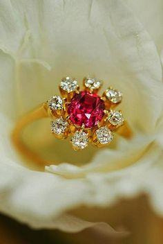 39 Best Vintage Engagement Rings For Romantic Look Grey Diamond Engagement Ring, Vintage Gold Engagement Rings, Heart Engagement Rings, Wedding Rings Vintage, Vintage Rings, Romantic Look, Look Vintage, Vintage Jewelry, Gemstone