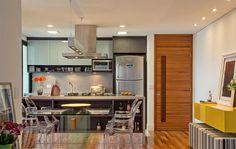cozinha gourmet ilha vidro aço inox madeira mesa encostada no balcão nichos