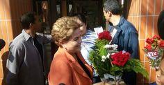 Dilma recebe flores de apoiadores no portão de casa, em Porto Alegre