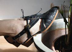 """About Arianne...Si Cenicienta perdiera otra vez el zapato en 2013, éste sería seguro de About Arianne, una marca atemporal, artesanal, con personalidad propia y sede en el barrio del Borne. Zapatos preciosos y de primera calidad, elaborados con los mejores materiales, cómodos y con un diseño al margen de """"lo que se lleva"""", inspirados en el calzado masculino, los colores austeros y los patronajes depurados."""