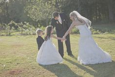 Absolutely love this photo idea to do with the ring bearer and flower girl! Photo by: @angelajewett