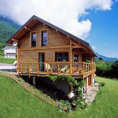 Très y maison en ossature bois y Haute-Savoie, par Une jolie démonstration de la parfaite intégration d'une maison bois dans son environnement. On s'y verrait bien, non ? Cabin House Plans, Tiny House Cabin, Log Cabin Homes, Small House Plans, Cottage Homes, Log Cabins, Houses On Slopes, Bamboo House Design, Small Log Cabin