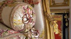 Château de Versailles -Sofa of Madame Du Barry. OMG I love this fabric! Chateau Hotel, Chateau Versailles, Palace Of Versailles, Versailles Hall Of Mirrors, Madame Du Barry, French Interior, French Decor, Louis Xvi, Marie Antoinette