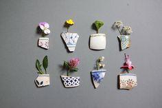 Accrocher des fleurs du jardin cueillies par les enfants avec des morceaux de ceramique ....bonne idée , belle déco